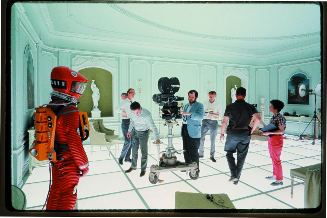 2001: A Space Odyssey, directed by Stanley Kubrick (1965-68; GB/United States) | Stanley Kubrick and his team on set during the filming © Warner Bros. Entertainment Inc.