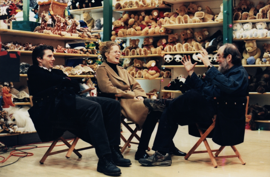 Eyes Wide Shut, directed by Stanley Kubrick (1999; GB/United States) | Tom Cruise, Nicole Kidman and Stanley Kubrick during a break in shoot on the set © Warner Bros. Entertainment Inc